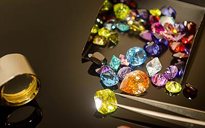 Il colore è una delle caratteristiche più distintive di una pietra preziosa